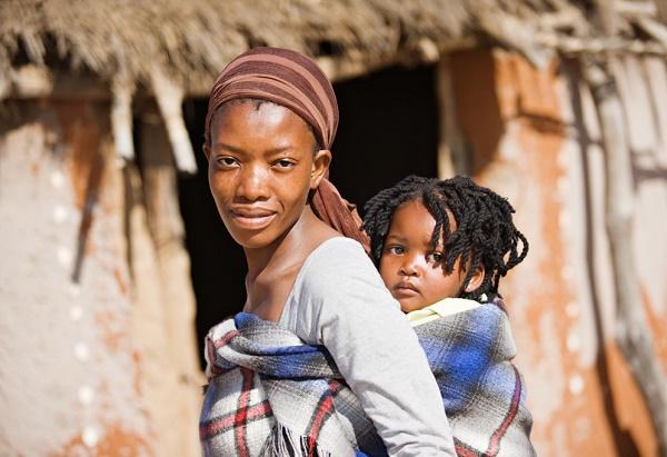 femme-avec-enfant-dans-le-dos-en-portage-en-echarpe