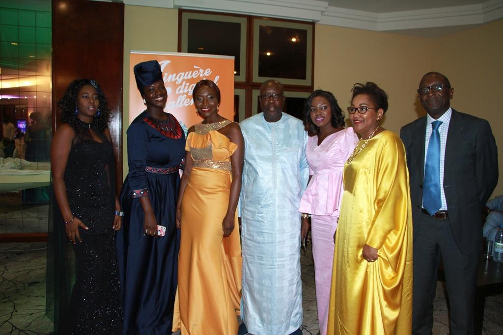 photo-de-famille-les-laureates-avec-sonatel-et-coumba-gawlo